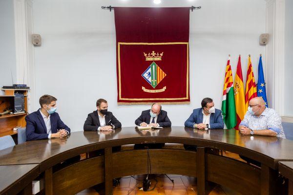 Miquel Iceta, al centre, firmant en el llibre d'honor de l'Ajuntament