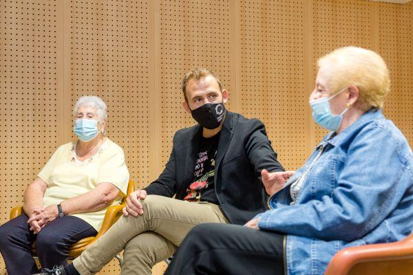 L'alcalde, Carlos Cordón, amb dues participants al taller arterapia de la Tardor és Gran