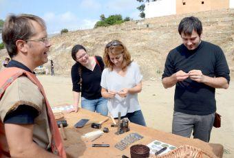 Les regidores Elizabeth Pasamonte i Helena Solà i l'alcalde, Carles Escolà, fent un taller