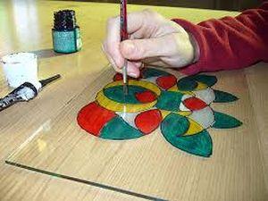 imatge d'un vitraller treballant