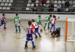 infants jugant a hoquei patins