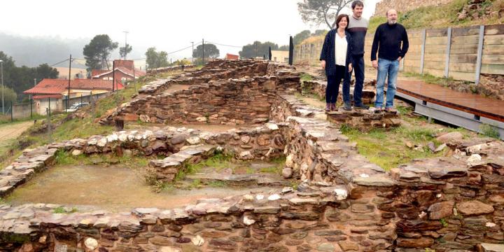 L'alcalde Carles Escola, la regidora de Cultura Elvi Vila i el director del Museu i Poblat de ca n'Oliver, fotografiats al jaciment