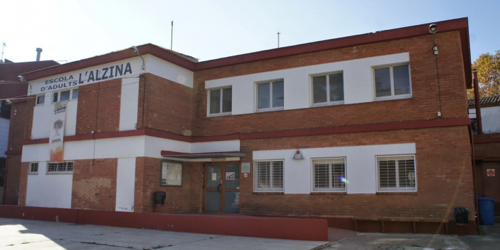 L'Escola d'Adulta L'Alzina es troba al carrer del Romaní, 5