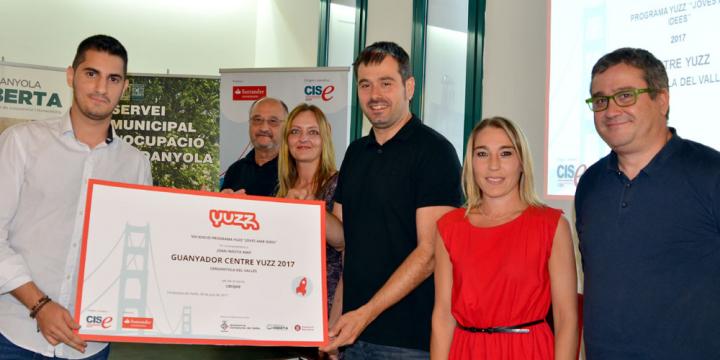Joan Iniesta rep el premi com a guanyador del Yuzz Cerdanyola de mans de l'alcalde Carles Escolà