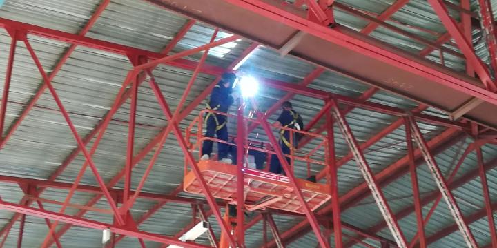 Treball de reforç de l'estructura del sostre del Pavelló Municipal de Can Xarau