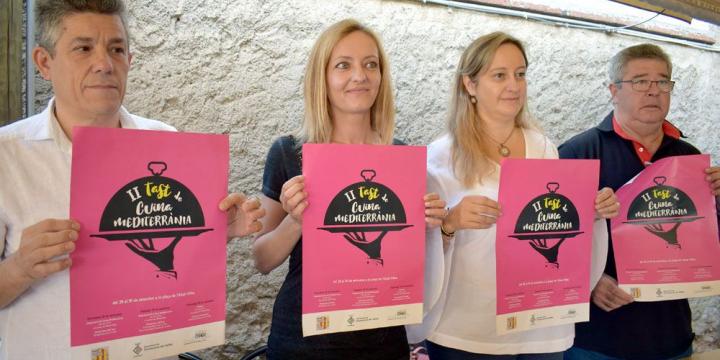 Antoni Castro, Contxi Haro, Mònica Lozano i Enrique Romero mostren el cartell del Tast de Cuina Mediterrània