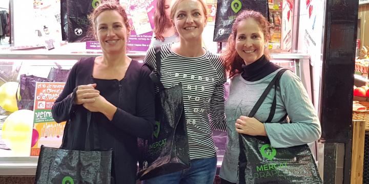 La regidora d e Promoció Econòmica, Contxi Haro (centre) acompanyada de la presidenta Inma Jodas i la vocal Meryl Albarran amb les bosses del mercat