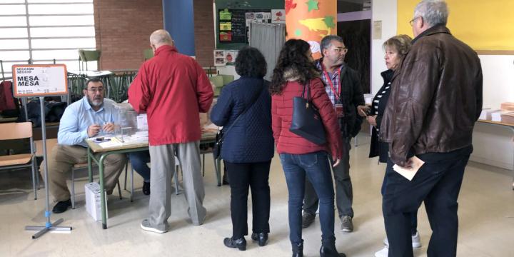 Persones fent cua per votar al col·legi electoral de l'escola Turó de Guiera
