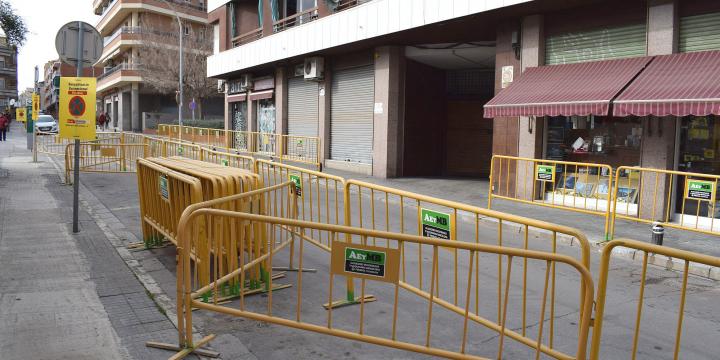 Tanques per les obres al carrer de Santa Marcel·lina