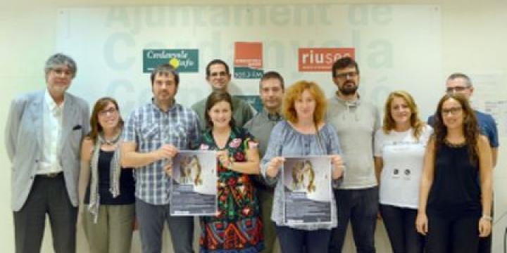 Foto de família amb representants de les entitats que participen en la Setmana de la Salut Mental