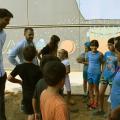 David González, esquerra, i Carlos Cordón conversen amb alguns infants