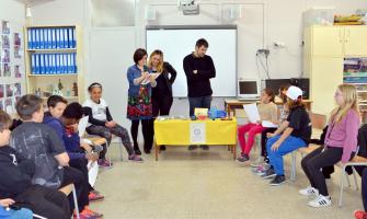 Un moment de les visites que la comitiva municipal va fer a les escoles