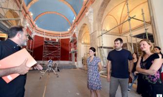 Joan Francés (esquerra) va guia la visita guiada a l'Alcalde i les regidores de Cultura i Treball