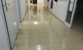 Estat d'un dels passadissos afectat per l'aigua