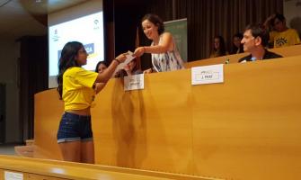 Laura Benseny lliura un diploma a una alumna de l'Institut Banús. Foto @InstitutBanus
