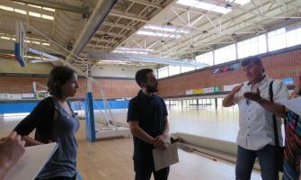 Laura Benseny i Ivan González atenen les explicacions del cap de servei d'Esports Paulino Manrubia