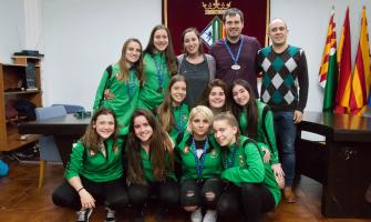 Les campiones amb l'alcalde, la regidora d'Esports i el president de l'entitat