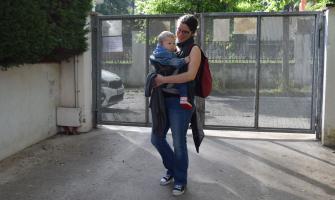 Arribant a l'escola portat per la mare