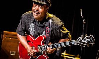el talentós guitarrista Saron Crenshaw actuarà a partir de les 22:30h i la nit
