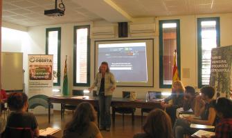 La regidora Carme Arché s'adreça a les persones participants en un curs