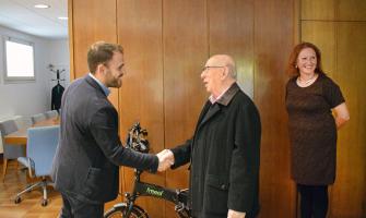 Encaixada de l'alcalde amb el president de Parkinson Cerdanyola - Ripollet