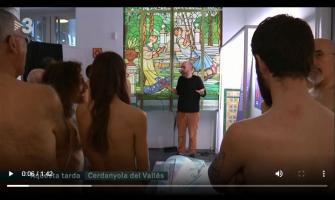 Captura del vídeo emès per TV3 sobre la visita naturista a l'exposició L'Home nu