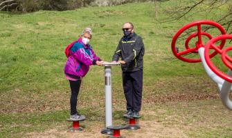Dues persones fent ús d'una de les noves màquines per fer esport