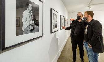 Manuel Outumuro explicant una de les fotografies a l'alcalde, Carlos Cordón