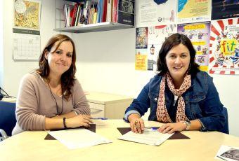 Rocío López i Elvi Vila en el moment de signar el conveni