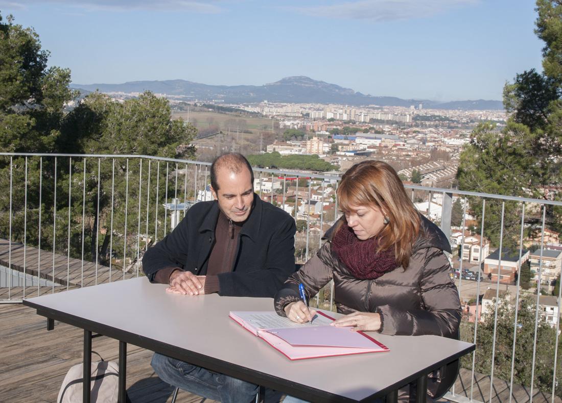 La regidora de Promoció Econòmica, Helena Solà, i el president de Pas. Serveis de Participació i Sostenibilitat – Amics del Camí, Lluís Planas, signant el conveni d'incorporació a la xarxa.