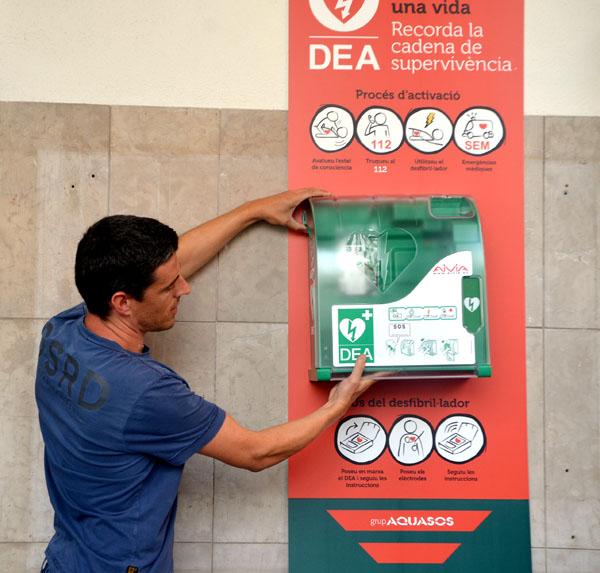 Instal·lació del DEA a l'Ajuntament. Foto arxiu municipal.