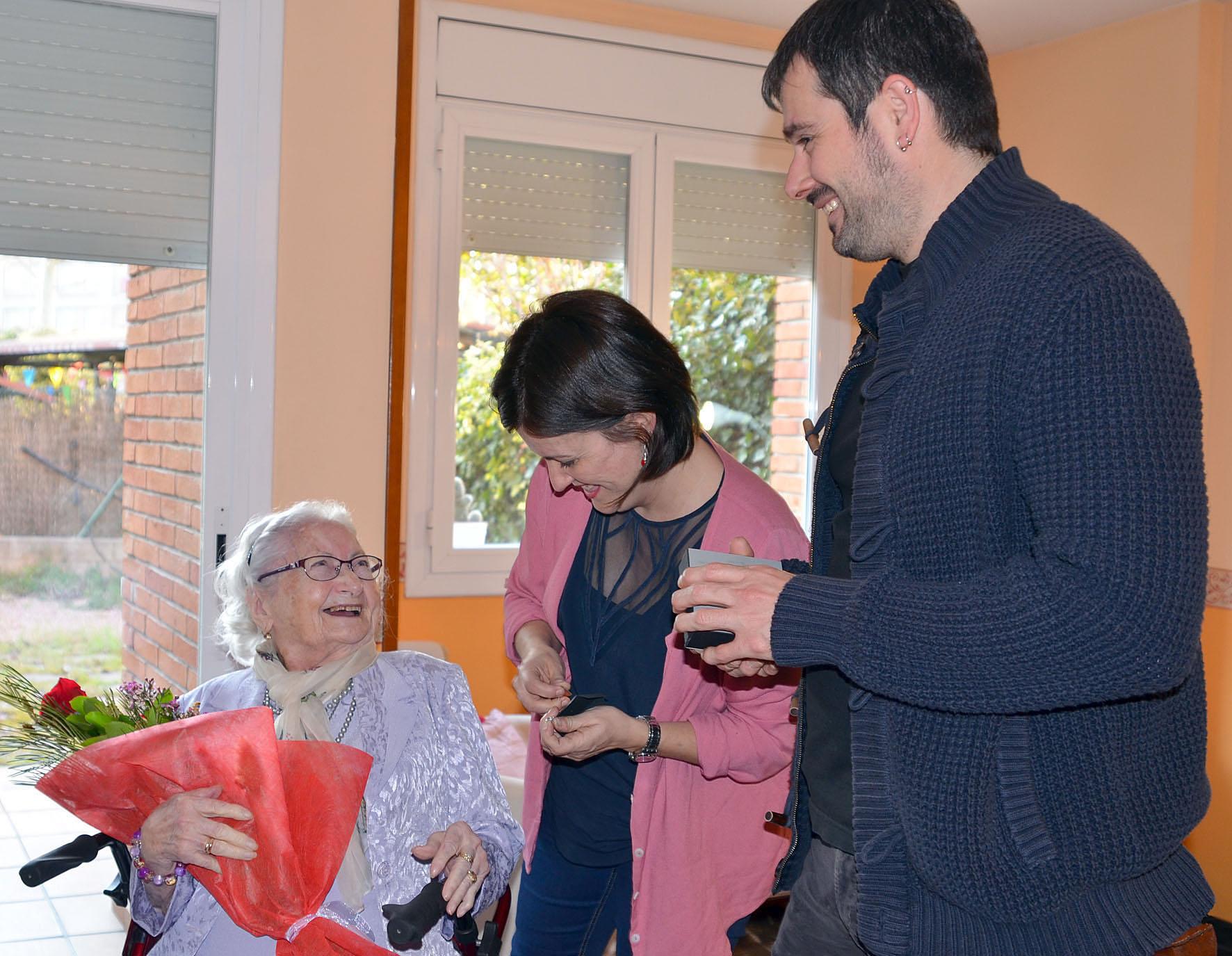 La senyora Josefa Elena Laporte rep el reconeixement de l'alcalde i la regidora