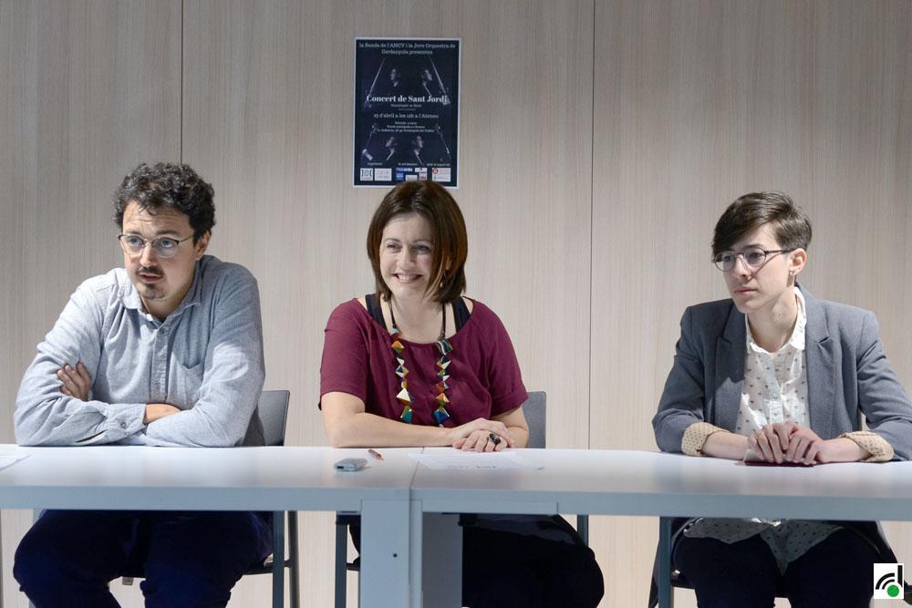 La regidora de Cultura, Elvi Vila, acompanyada per Irene Delgado i Borja Mascaró, directors de l'AMCV i la JOC
