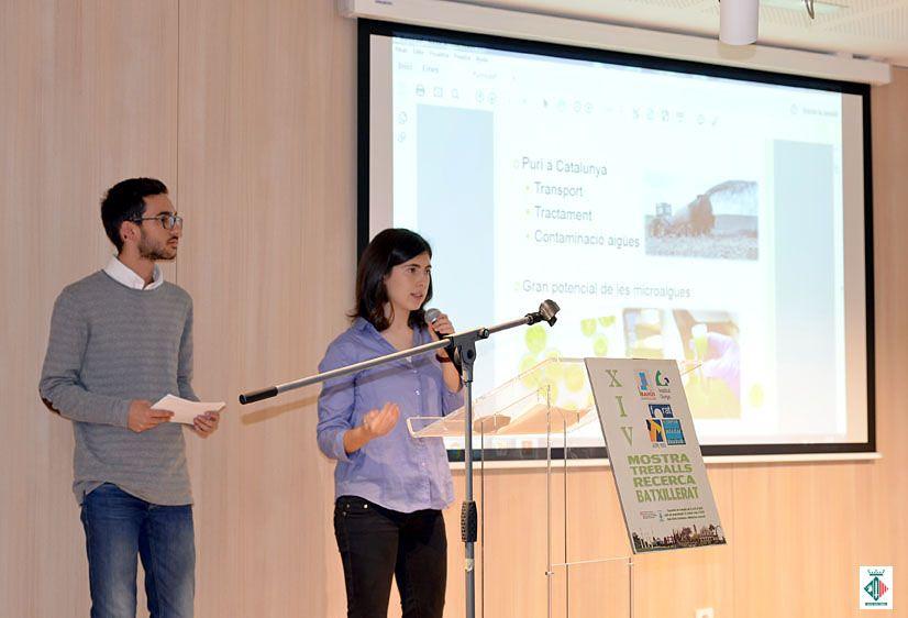 Rita Blasi i Eduard López, de l'Institut Gorgs, presentant el seu treball