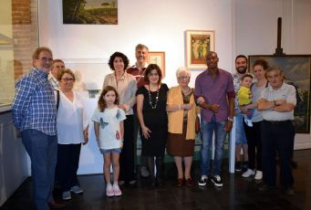 Elvi Vila amb les persones que han donat obres al MAC