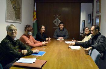 Moment de la reunió dels representants de la Plataforma Stop Comptadors amb l'Alcalde i la regidora de Transparència i Bon Govern