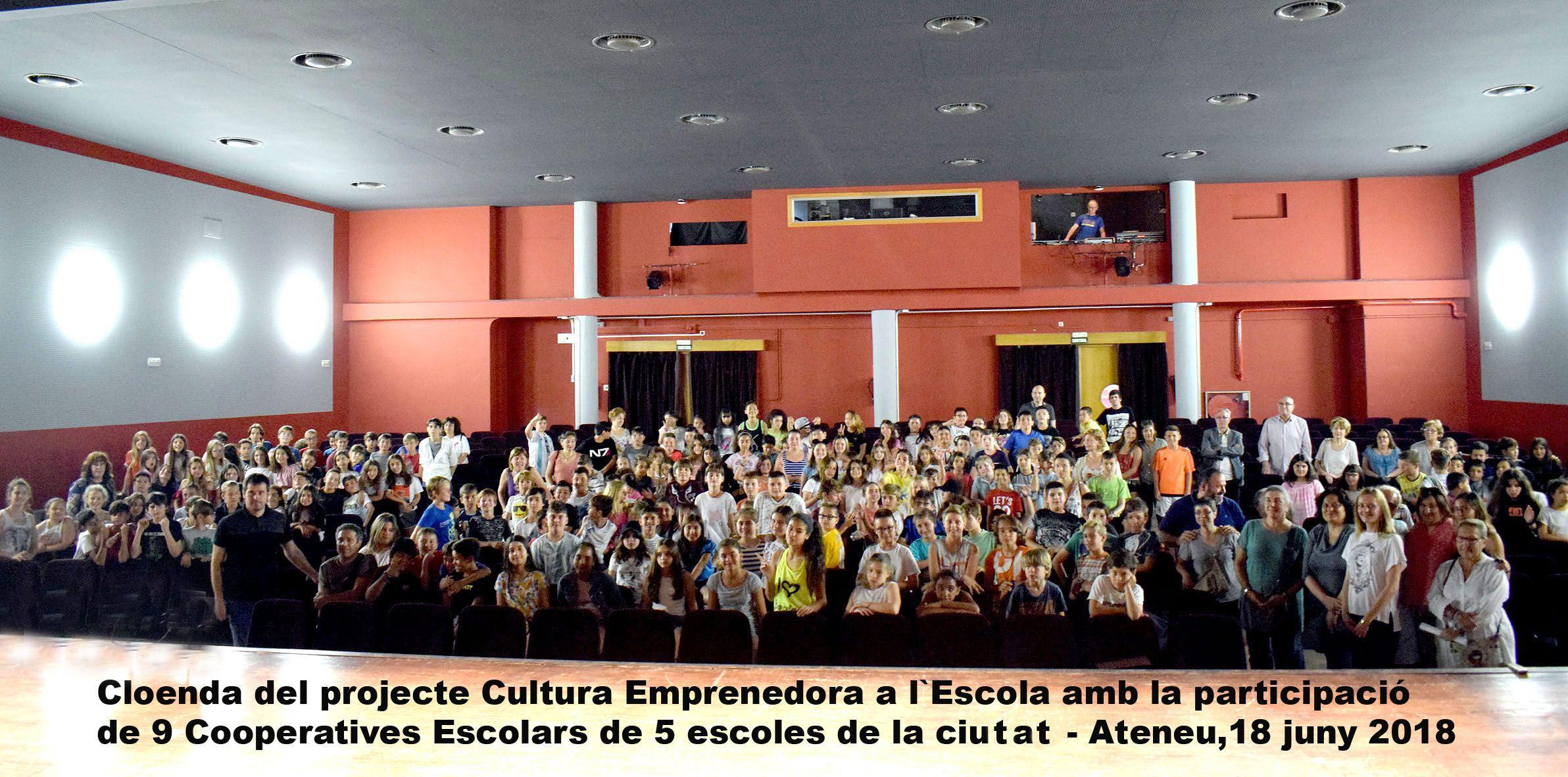 Foto de família dels cooperativistes, mestres i representants de l'Ajuntament