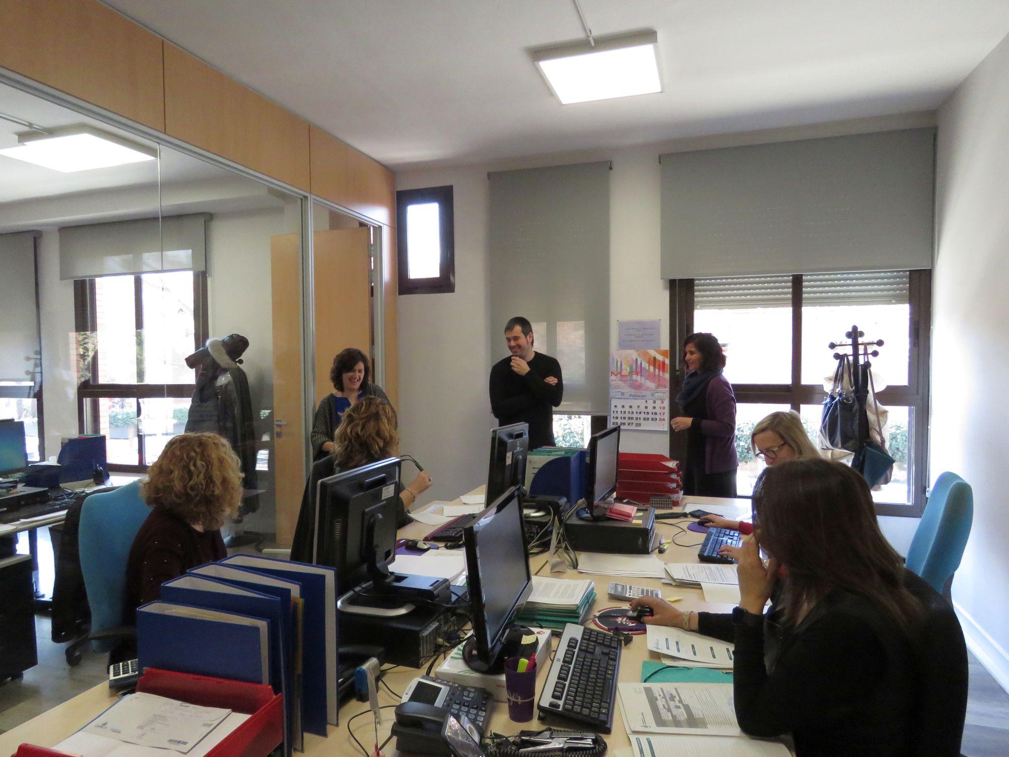 La regidora de Cultura, l'alcalde i la cap de Cultura conversen amb treballadores del servei