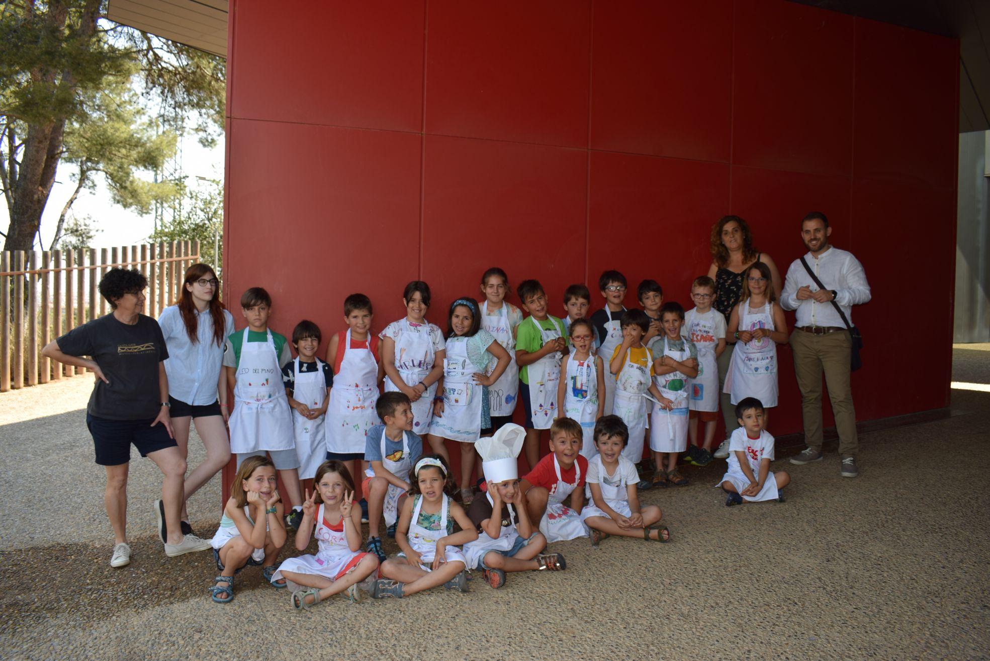 Foto dels infants i monitors del Casal d'Estiu del Museu amb l'alcalde i la regidora de Cultura