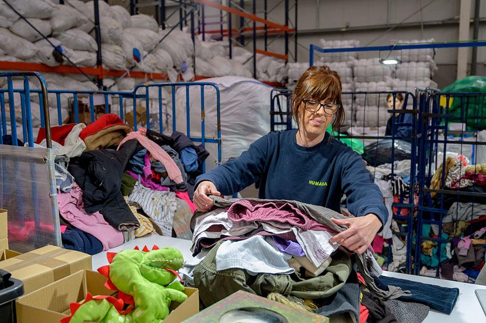 Classificant roba a la planta d'Humana