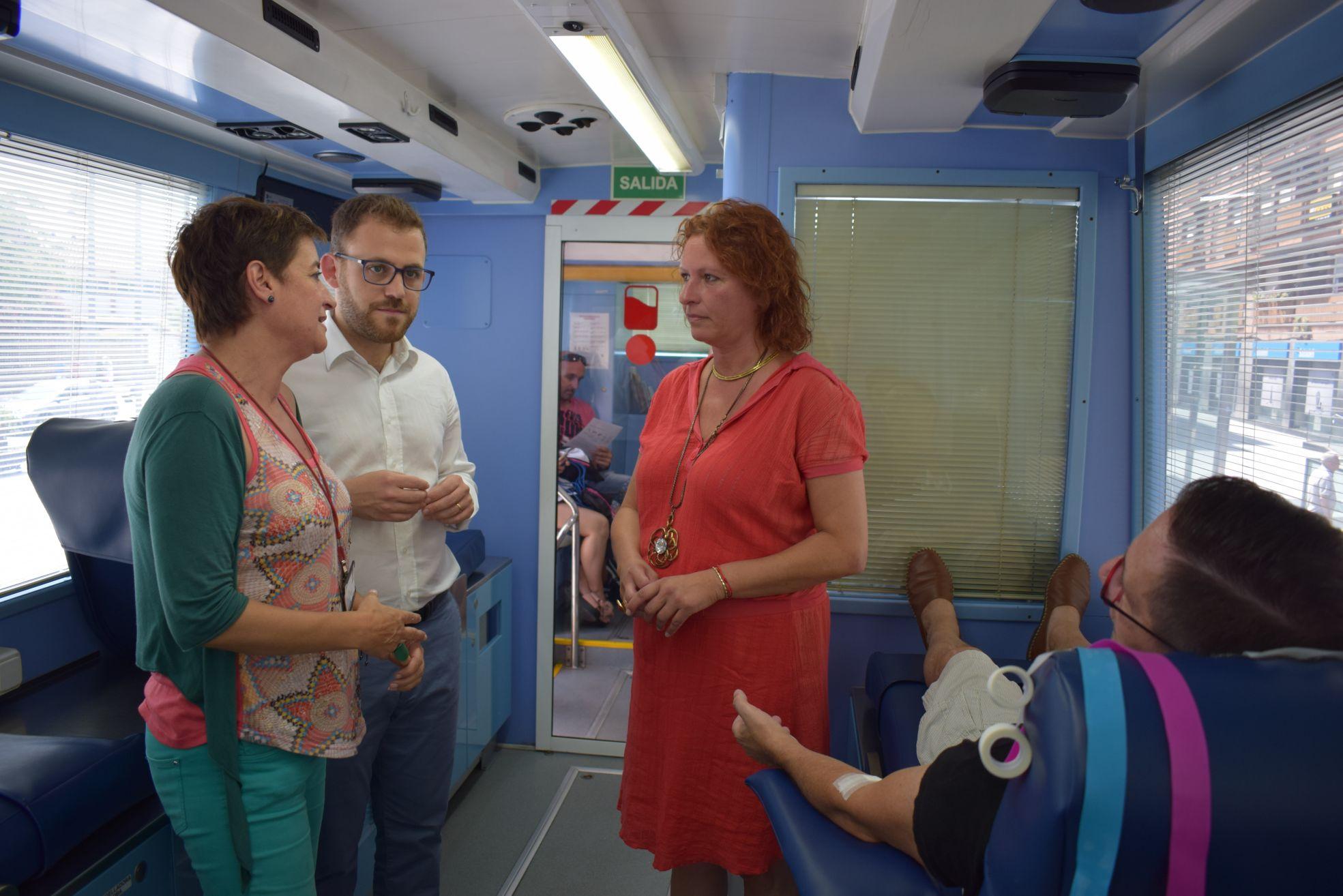 L'alcalde Carlos Cordón i la regidora Carme Arché, conversen amb Gal·la Cortel, del Banc de sang