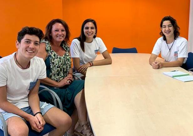 Moment de la trobada entre els tres joves i la regidora