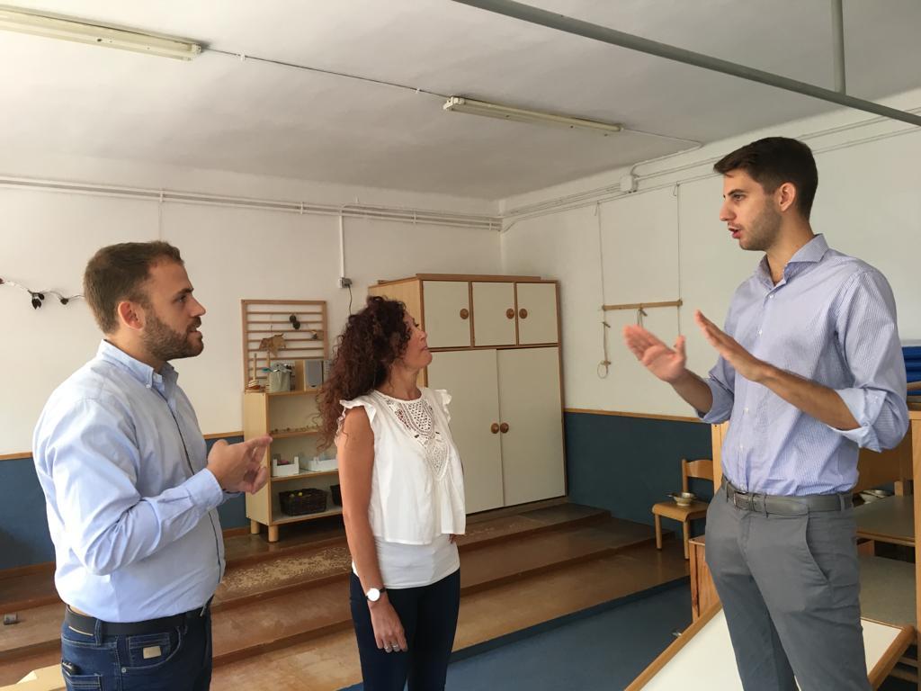 L'alcalde Carlos Cordón, la directora de l'EBM Montflorit, Pili Iznájar, i el regidor d'Educació David González