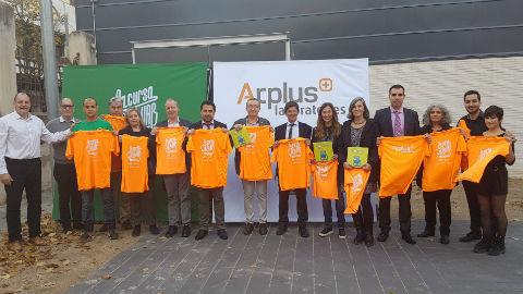 Foto de grup mostrant la samarreta de La Cursa de la UAB