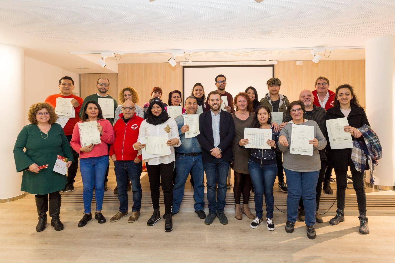 Foto de grup amb les persones que van rebre el certificat