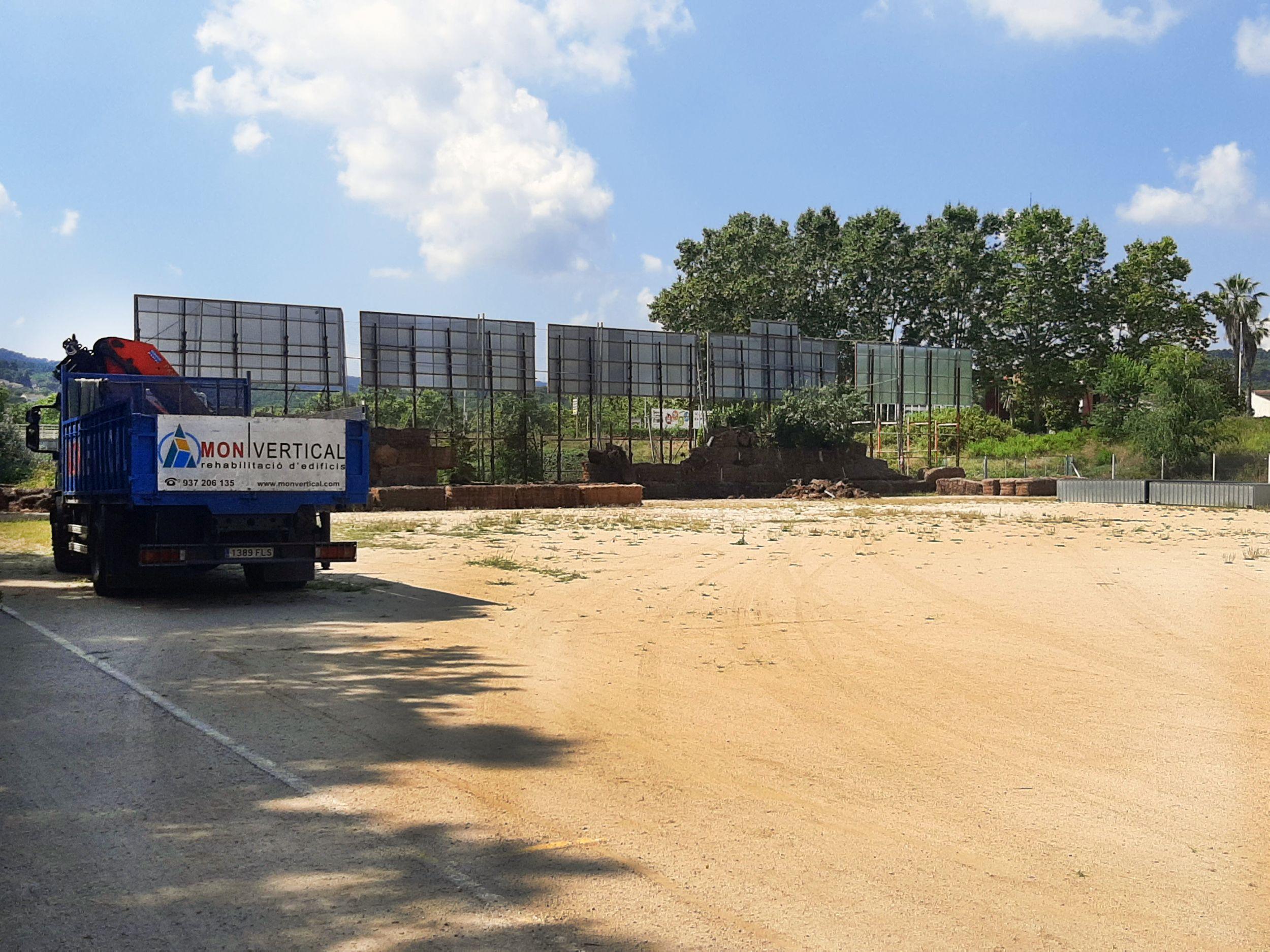 Ja s'ha procedit a retirar les bales de palla per col·locar la tanca de fusta de protecció
