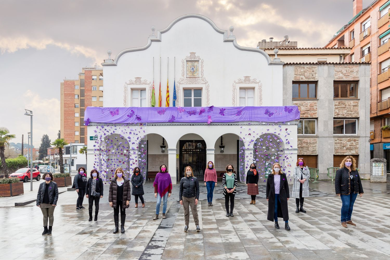 Regidores de l'Ajuntament posant amb la decoració de la pl Francesc Layret amb motiu del 8M