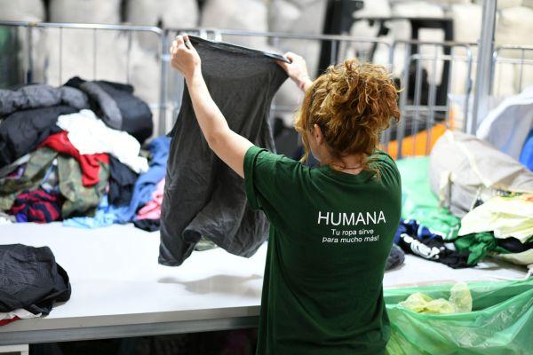 Moment de selecció de la roba. Fotografia: Humana