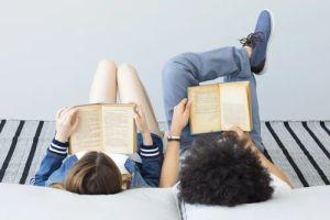 imatge joves llegint