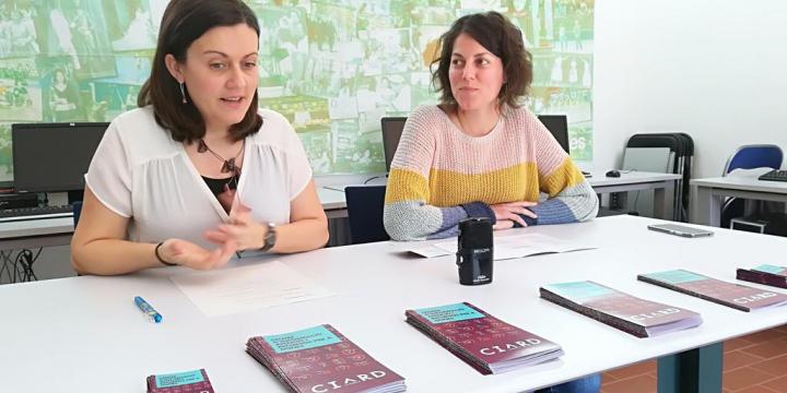 La regidora de Polítiques d'Igualtat, Elvi Vila, i la tècnica, Clara Dachs, durant la presentació de la nova imatge de La Caseta